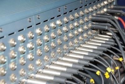 5703299-mezcla-de-sockets-conexiones-de-un-panel-de-revision-de-audio-de-equipos-de-sonido-profesional-xrl